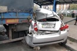 В Киеве оторвавшийся прицеп грузовика повредил соседние авто