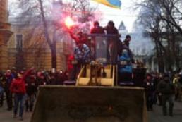 Учасники мітингу штурмують будівлю АП (оновлюється)