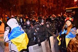 Правоохранители оттеснили митингующих с перекрестка улиц Банковая и Институтская
