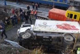 В Севастополе с железнодорожного моста упал грузовик, есть пострадавшие