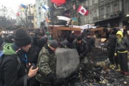 Митингующие разбирают часть баррикад на Грушевского для проезда автомобилей