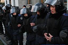На Институтской происходят столкновения между митингующими и милицией