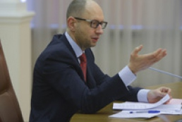 Яценюк: Військове вторгнення Росії шкодить економіці України