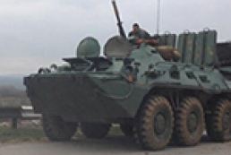 Через Керчь идет колонна российской военной техники с пушками