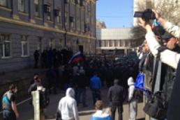 Митингующие захватили здание Донецкой ОГА