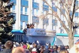 В Луганске штурмом взяли здание СБУ
